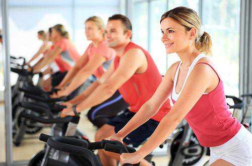 силовые тренировки и растяжка с помощью полотенца